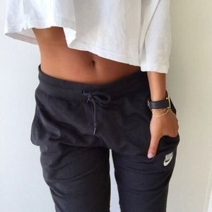 Nike | Cropped Sweatpants Embroidered Swoosh